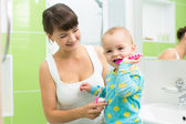 Mother with baby brushing teeth — Foto Stock