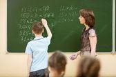 Escolares en el aula en la clase de matemáticas — Foto de Stock
