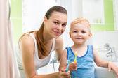 歯を磨く子供の少年と母親 — ストック写真