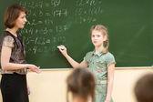 Dzieci w szkole w klasie na lekcji matematyki — Zdjęcie stockowe