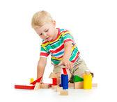子供の木製のおもちゃをしている少年 — ストック写真