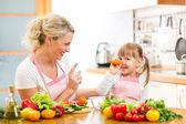 Matka a její dítě připravit zdravé jídlo a baví — Stock fotografie