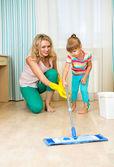 Mamma och kid rent rum och ha kul — Stockfoto