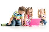 Grupa przyjaciół dzieci pracuje na laptopie — Zdjęcie stockowe