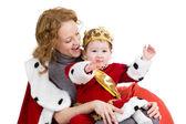 Madre e figlio nella tuta di re natale isolato su bianco — Foto Stock