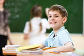 Menino de escola em sala de aula em aula — Foto Stock