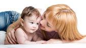 Matka przytulanie dziecka na białym tle — Zdjęcie stockowe