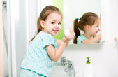 Kid girl washing hands in bathroom — Stockfoto