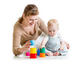 Chico chica y madre jugando junto con taza de juguetes — Foto de Stock