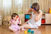 Niño y su madre jugando con juguetes — Foto de Stock