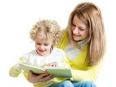 Maman de lecture pour enfant un livre — Photo
