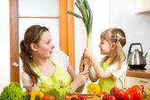 Matka a dítě v kuchyni — Stock fotografie