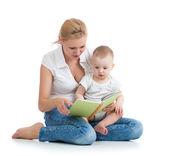 母亲给她的宝贝儿子读一本书 — 图库照片