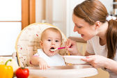 Mom feeds baby with spoon — 图库照片