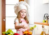 Ragazza carina preparare insalata di verdure salutari — Foto Stock