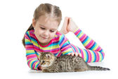 Fille enfant heureux avec chat chaton — Photo