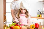 Mamma e bambino preparando cibo sano — Foto Stock