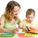 mère et enfant dessiner et découper ensemble — Photo #43608995