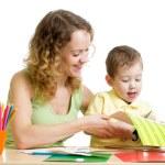 madre y niño dibujan y cortan juntos — Foto de Stock   #44050479