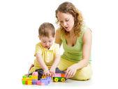 子供とママのブロックのおもちゃで遊ぶ — ストック写真