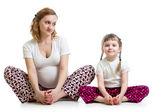 Junge schwangere Frau mit Kind, die Yoga-Übungen — Stockfoto