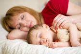 Matka a její dítě spí spolu — Stock fotografie