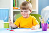 Kid boy drawing with pencils at home — Foto de Stock