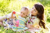 Ragazza madre e bambino divertirsi all'aria aperta — Foto Stock