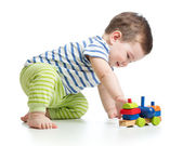 Menino brincando com brinquedos de bloco — Fotografia Stock