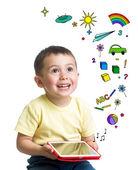 ребенок мальчик, держа планшет в руках и смотрит — Стоковое фото