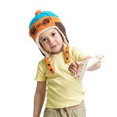 Bambino felice, vestito pilota e giocando con il giocattolo in legno aeroplano — Foto Stock