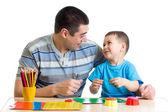 Padre e figlio giocano insieme con argilla — Foto Stock