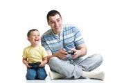 Liten pojke och hans pappa leker med en playstation tillsammans — Stockfoto