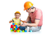 Kid and his dad play with building blocks — Stock Photo