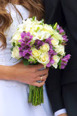Wedding bouquet in bride's hand — Stock Photo