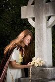 вдова с цветами — Стоковое фото