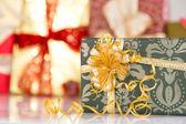Dárky s zlaté stuhy — Stock fotografie