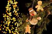 Gingerbread men in the tree — Stock Photo