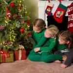姐妹在圣诞树 — 图库照片