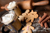 Homemade gingerbread men and coffee — Stock Photo