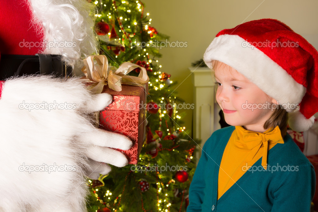 Little 5 year old girl getting a red gift from santa claus — Stock fotografie #13900080