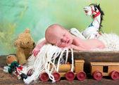 Juguetes viejos y bebé recién nacido — Foto de Stock