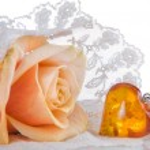 Wedding veil and amber heart — Stock Photo