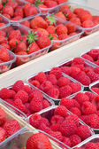 Strawberries and raspberries — Stock Photo