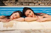 Yüzme Havuzu kız arkadaş — Stok fotoğraf