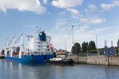 Lastfartyg passerar lås i hamnen i antwerpen — Stockfoto