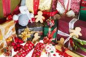 Zencefilli kurabiye adam ve Noel hediyeleri — Stok fotoğraf