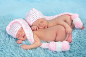 Newborn twins with pink hats — Photo