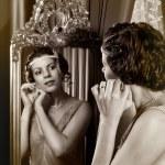 Постер, плакат: 1920s lady in mirror
