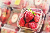 Truskawki w sklepie, owoce — Zdjęcie stockowe
